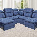 Sala de estar com um sofá marrom de 4 lugares
