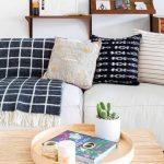 Sala de estar com um sofá de dois lugares