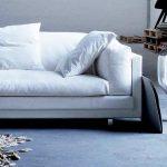 sala de estar com um sofá novo branco