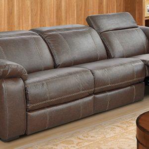 sala de estar com sofá de couro reclinável